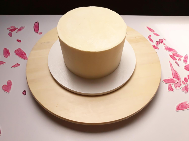 tort z sercami malowanymi na papierze cukrowym na dzień matki, niech twoje dziecko ozdobi tort, pozwól swojemu dziecku ozdobić tort, przyklejanie serc z papieru cukrowego do tortu, tort, serca z papieru cukrowego