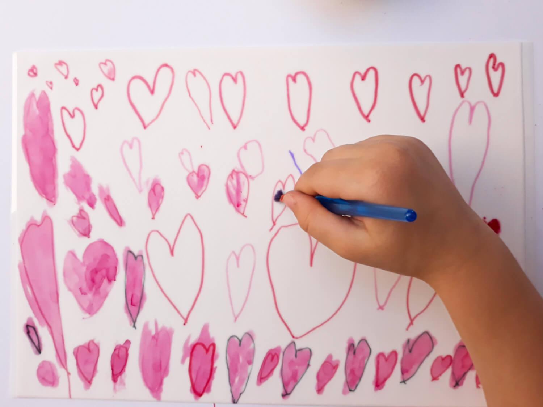 tort z sercami malowanymi na papierze cukrowym na dzień matki, niech twoje dziecko ozdobi tort, pozwól swojemu dziecku ozdobić tort, malowanie serduszek barwnikiem jadalnym na papierze cukrowym