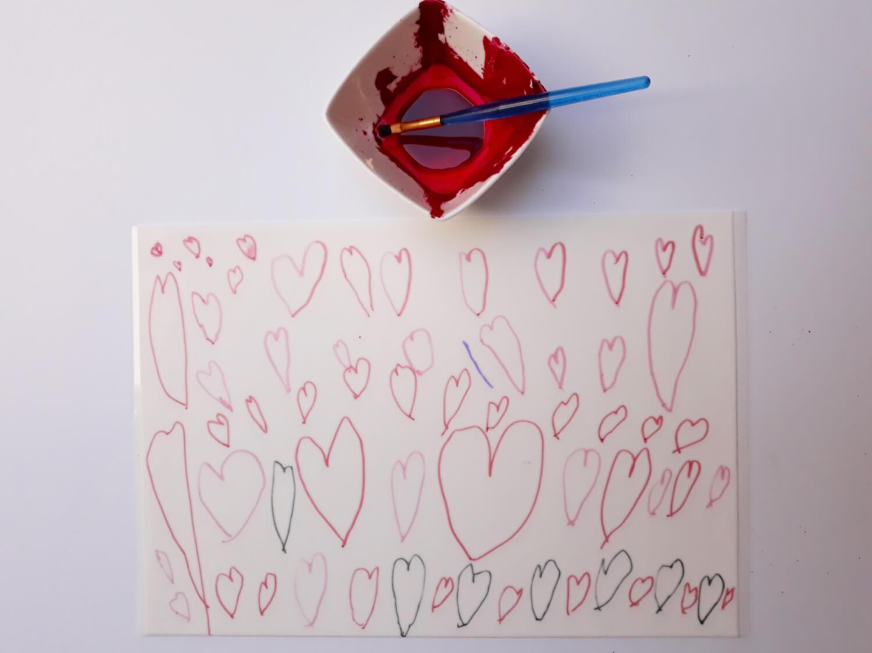 tort z sercami malowanymi na papierze cukrowym na dzień matki, niech twoje dziecko ozdobi tort, pozwól swojemu dziecku ozdobić tort, malowanie serduszek barwnikiem jadalnym na papierze cukrowym, barwnik jadalny, miska, pędzelek