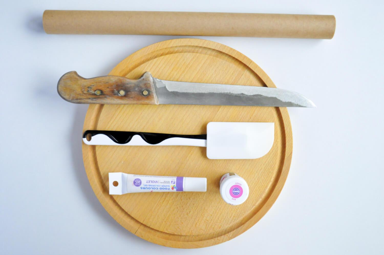 jak zrobić kolorowe plastry gruszek? Potrzebne narzędzia: papier do pieczenia, ostry nóż, szpatułka silikonowa, deska do krojenia. spożywcze barwniki w żelu