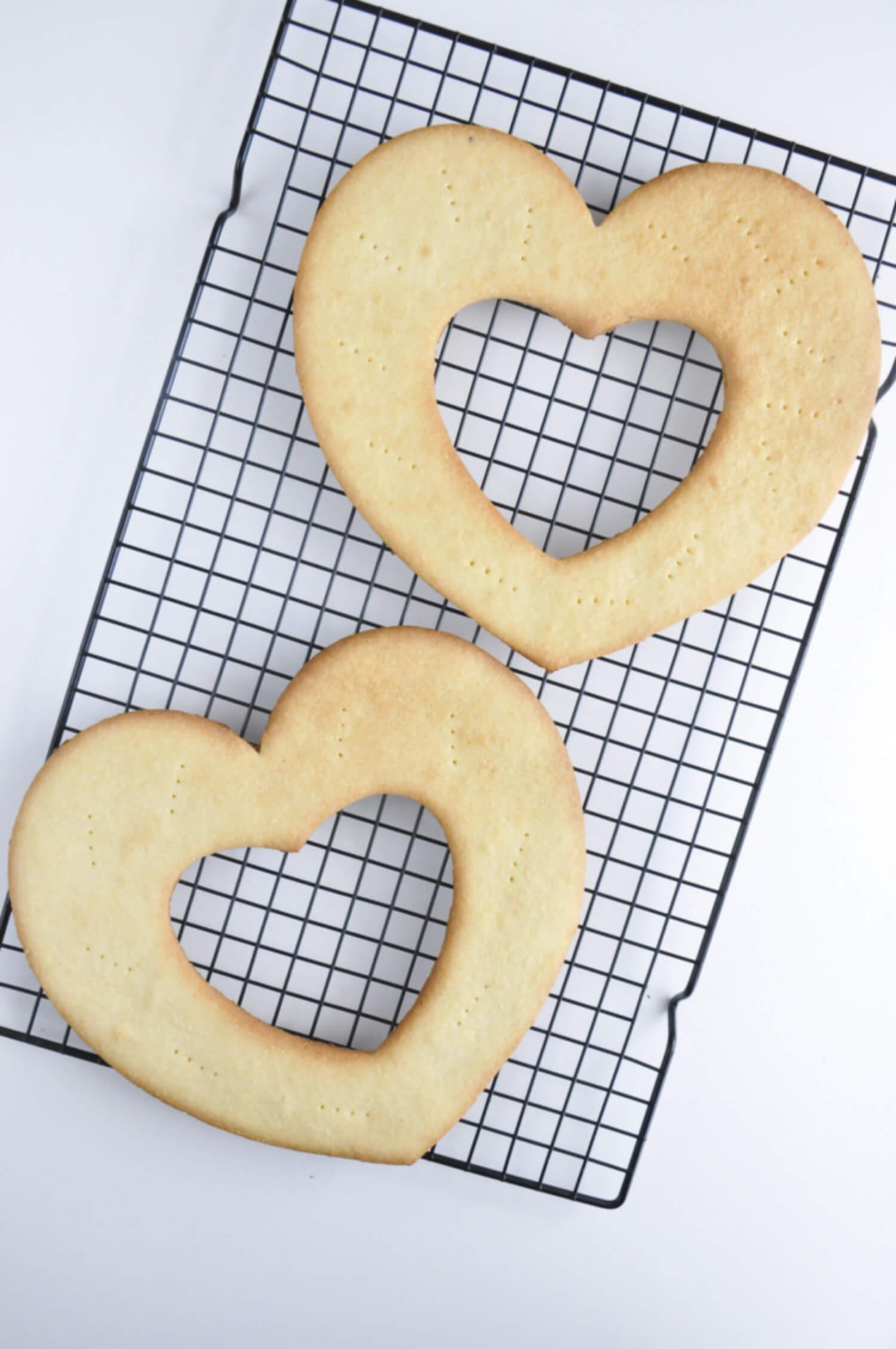 blaty z ciasta kruchego w kształcie serc