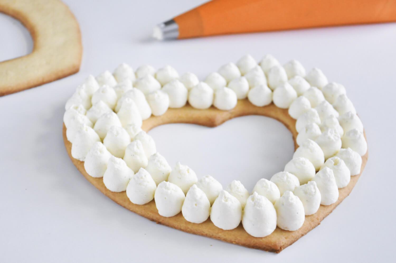Number cake. Przekałdanie kruchych blatów kremem waniliowym za pomocą rękawa cukierniczego i tylki z okrągłą końcówką