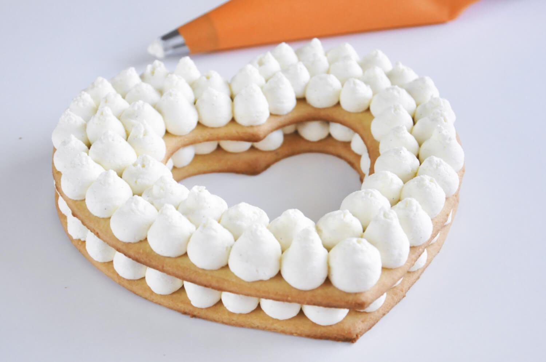 Number cake. Przekaldanie kruchych blatów kremem waniliowym za pomocą rękawa cukierniczego i tylki z okrągłą końcówką