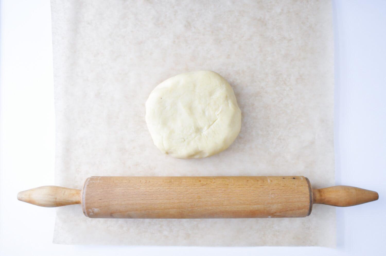 wałkowanie ciasta kruchego, wałek, papier do pieczenia