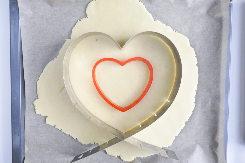 Wycinanie kruchyhc blatów wkształcie serc za pomocą regulowanej formy i wykrawaczki