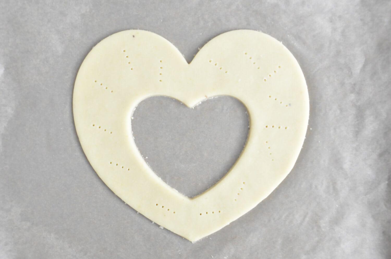 Wycinanie kruchych blatów w kształcie serc, nakłuwanie ciasta widelcem