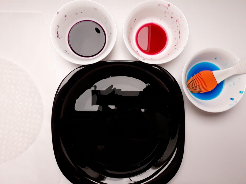 przygotowanie ozdób z papieru ryżowego, woda, barwnik, miska, talerz, pędzel silikonowy