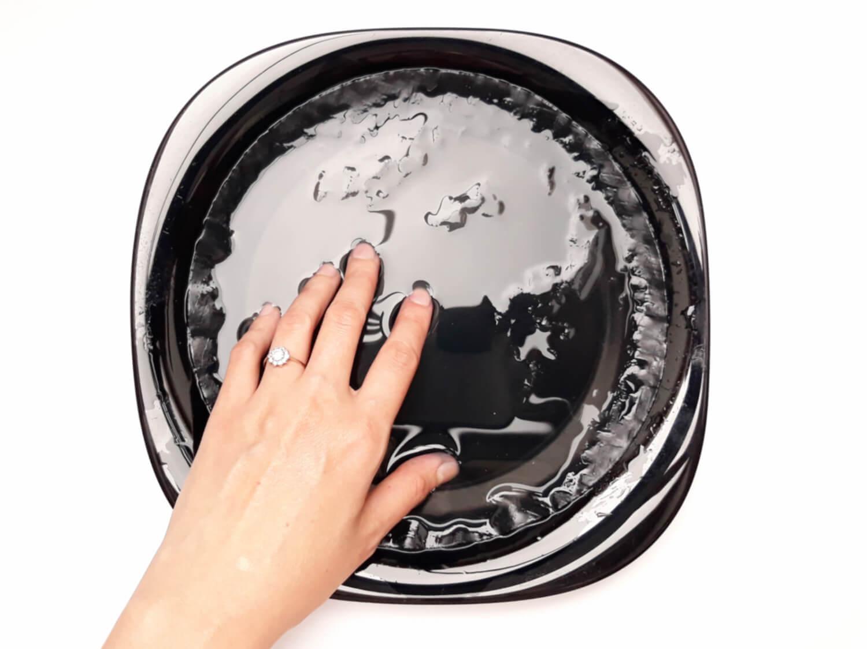 przygotowanie ozdób z papieru ryżowego, woda, talerz, moczenie papieru