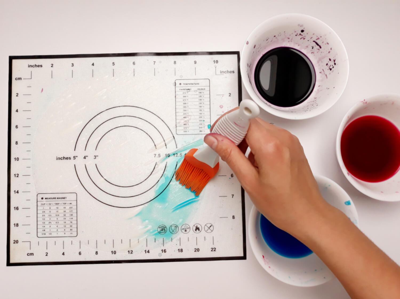 przygotowanie ozdób z papieru ryżowego, woda, barwniki, pędzel silikonowy, papier ryżowy,barwienie papieru ryżowego