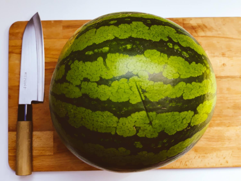 przygotowanie tortu z arbuza, deska do krojenia, nóż, arbuz, krojenie arbuza