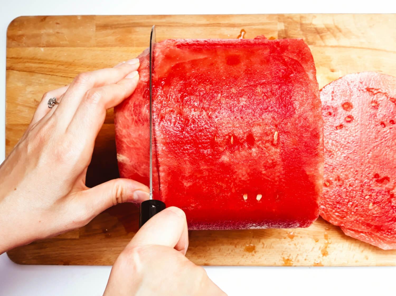 docinanie arbuza na kształt tortu, deska, nóż, arbuz