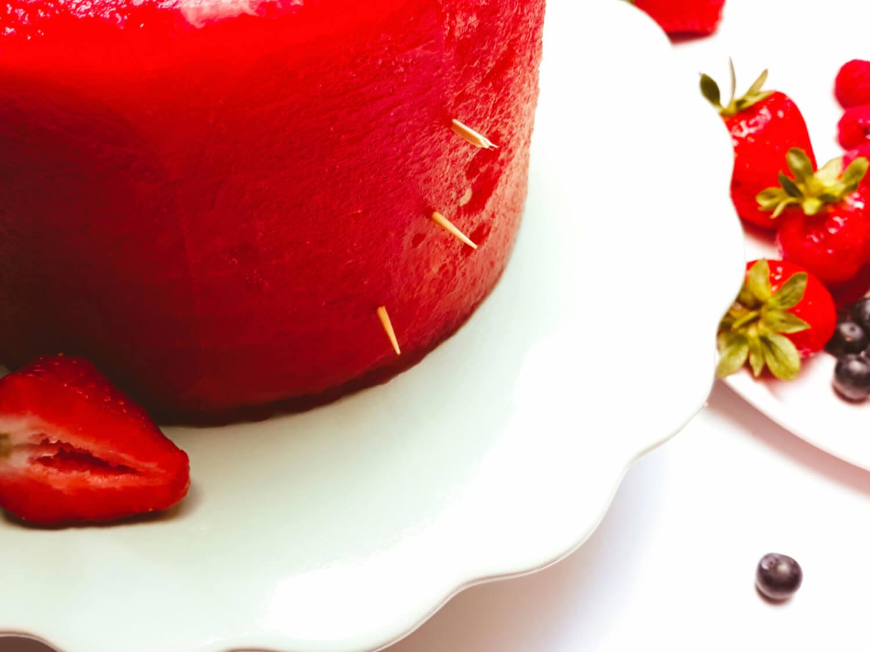 tort z arbuza gotowy do ozdobienia, wycięty arbuz, patera, owoce, truskawki, borówki, maliny, wbijanie wykałaczek, mocowanie ozdób
