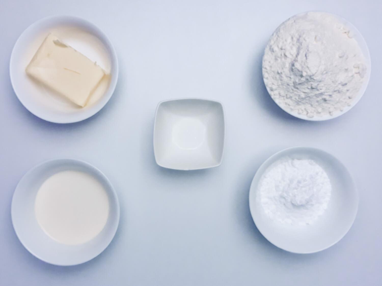 składniki na domowe herbatniki petit beurre, śmietanka, masło, cukier puder, mąkam, sól