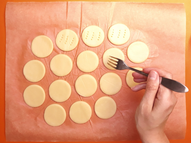 przygotowanie domowych herbatników Petit Beurre, nakłuwanie ciasta widelcem