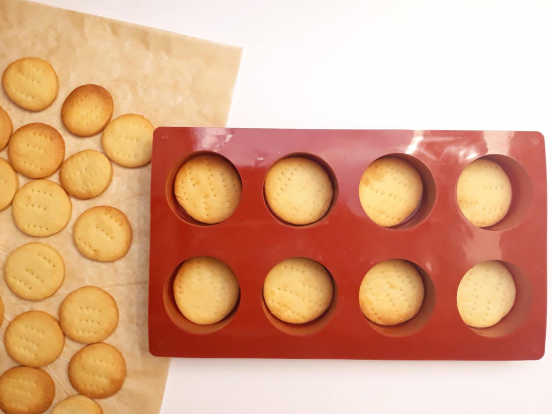przygotowanie mini serniczków, umieszczanie herbatników na dnie formy silikonowej