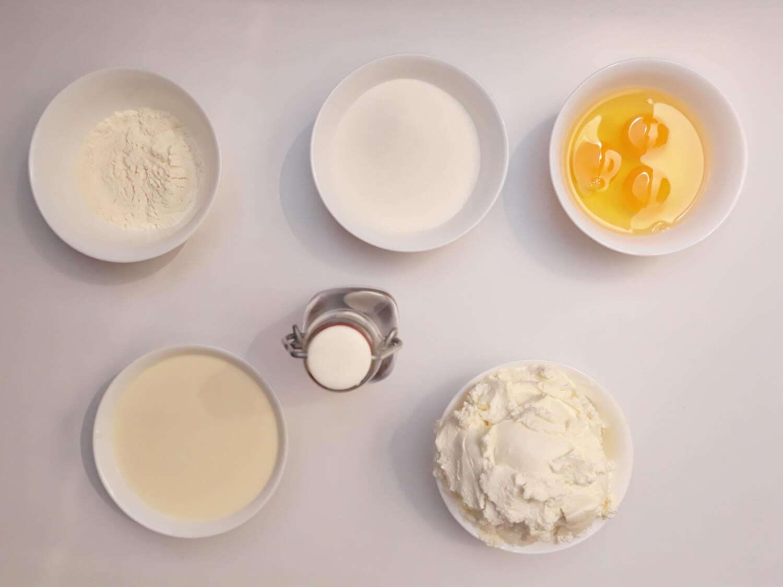 przygotowanie sernika, składniki, śmietanka, twaróg, jajka, cukier, mąka, ekstakt waniliowy