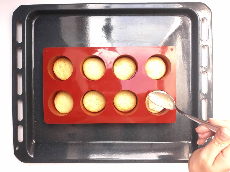 wypełnianie foremki silikonowej warstwą sernikową