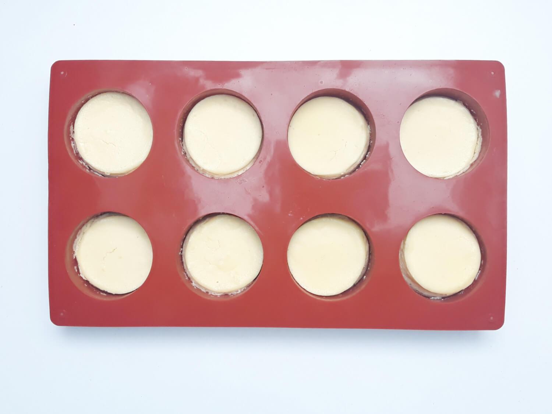 upieczone mini serniczki w formie silikonowej