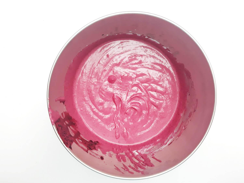 przygotowanie musu jagodowego do mini serniczków, gotowy mus jagodowy