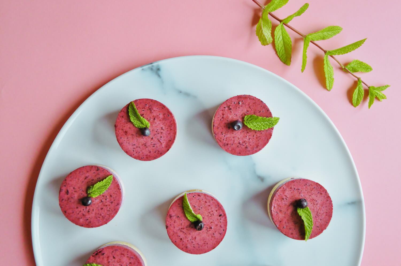 Mini serniczki z musem jagodowym i domowymi herbatnikami
