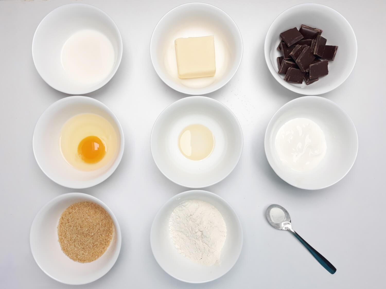 przygotowanie monoporcji w temperowanej czekoladzie, składniki, cukier, jajko, mąka, czekolada, ekstrakt waniliowy, proszek do pieczenia, masło, mleko, śmietana