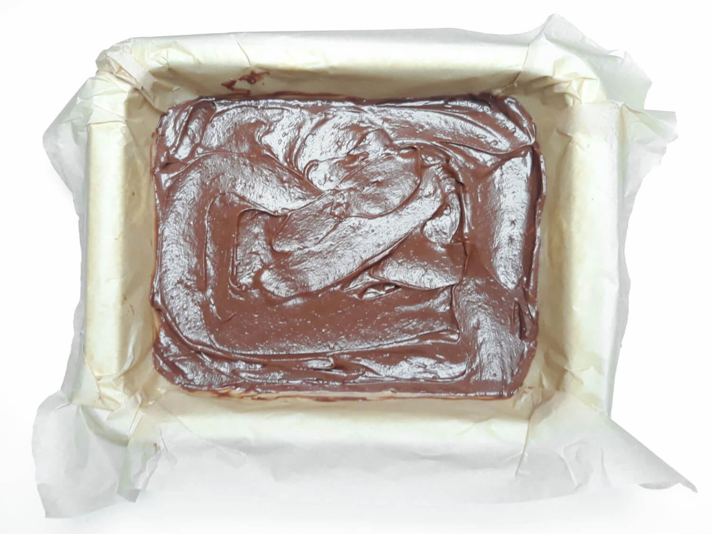 przygotowanie ciasta truflowego, wykładanie ciasta do formy
