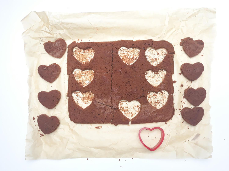 wycinanie kształtów z ciasta truflowego, foremka w kształcie serca
