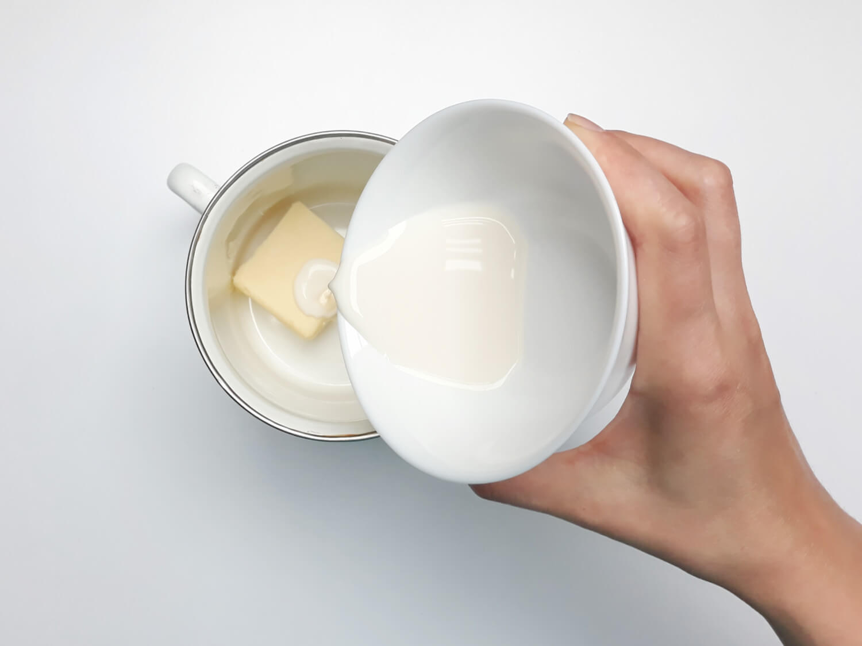 przygotowanie ciasta truflowego, łączenie masła z mlekiem