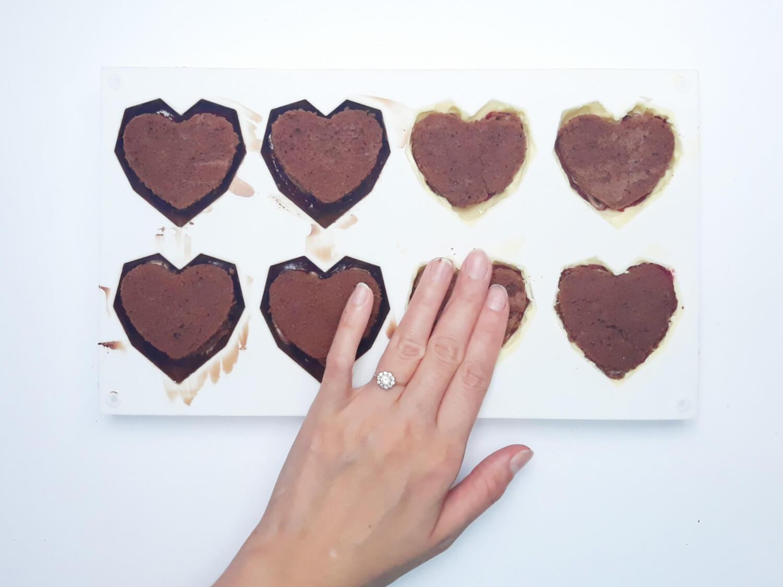 przygotowanie monoporcji w temperowanej czekoladzie, wypełnianie foremki ciastem truflowym