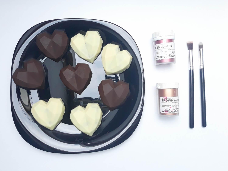 gotowe monoporcje w temperowanej czekoladzie, przygotowane do malowania, barwniki spożywcze, pędzle