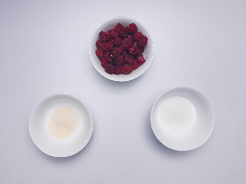 przygotowanie żelki malinowej, składniki, maliny, cukier, żelatyna
