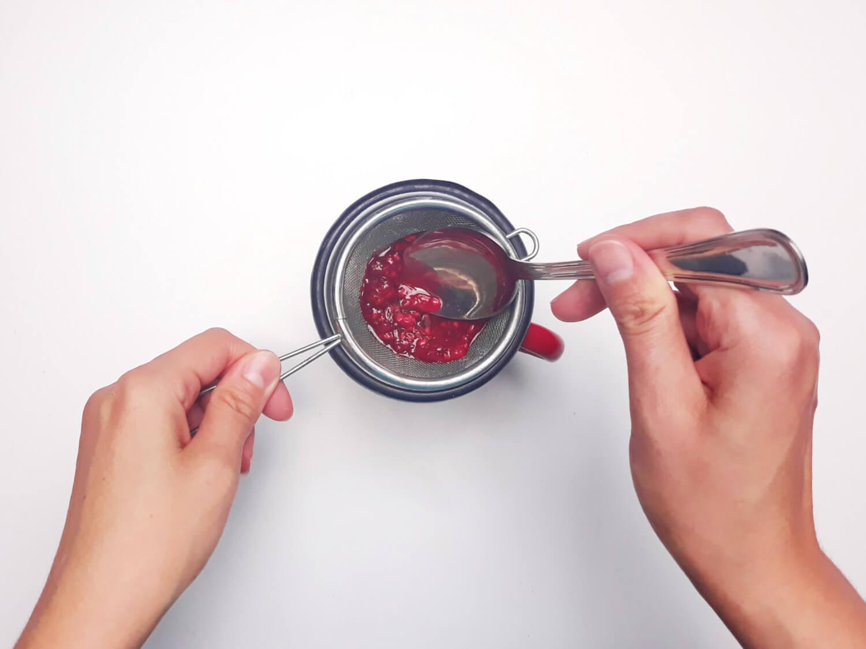 przygotowanie żelki malinowej, przecieranie malin przez sitko