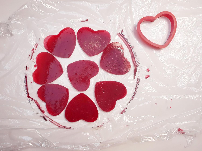 wycinanie serc z żelki malinowej