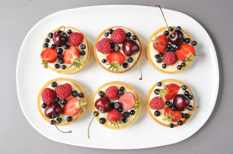 tartaletki z kremem cytrynowo - miętowym i owocami lata