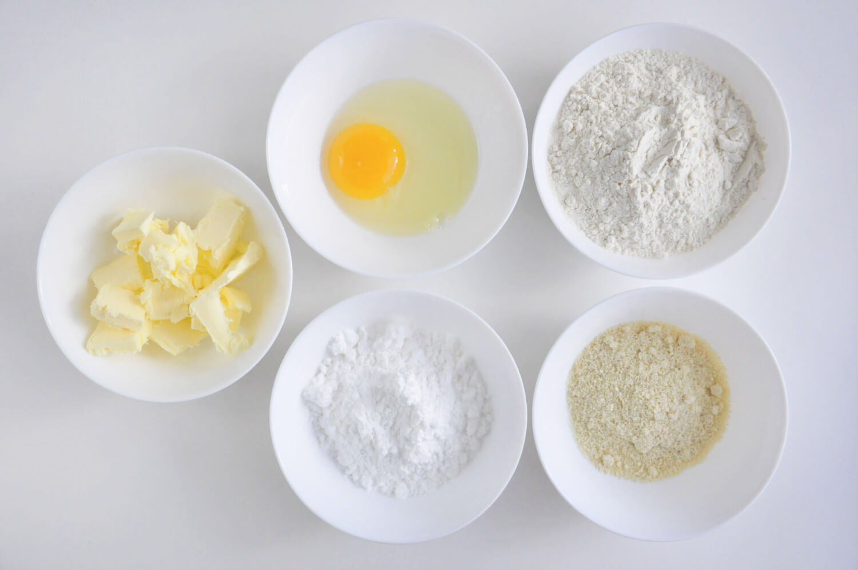 skladniki potrzbne do przygotowania kruchych spodów: masło, jajako, mąka pszenna, mąka migdałowa, cukier puder