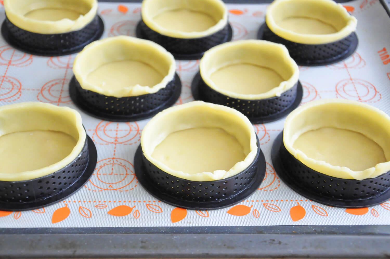 wylepianie obręczy do tartaletek ciastem kruchym