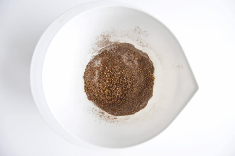 przygotowanie orzechowego biszkoptu, suche składniki: mąka pszenna, zmielone orzechy laskowe, proszek do pieczenia, kakao