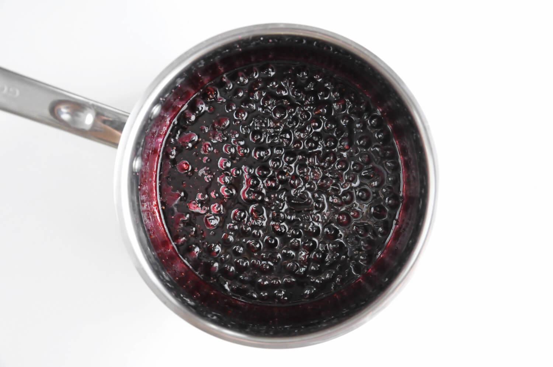 przygotowanie żelki porzeczkowej, podgrzewanie porzeczek z cukrem i sokiem z cytryny