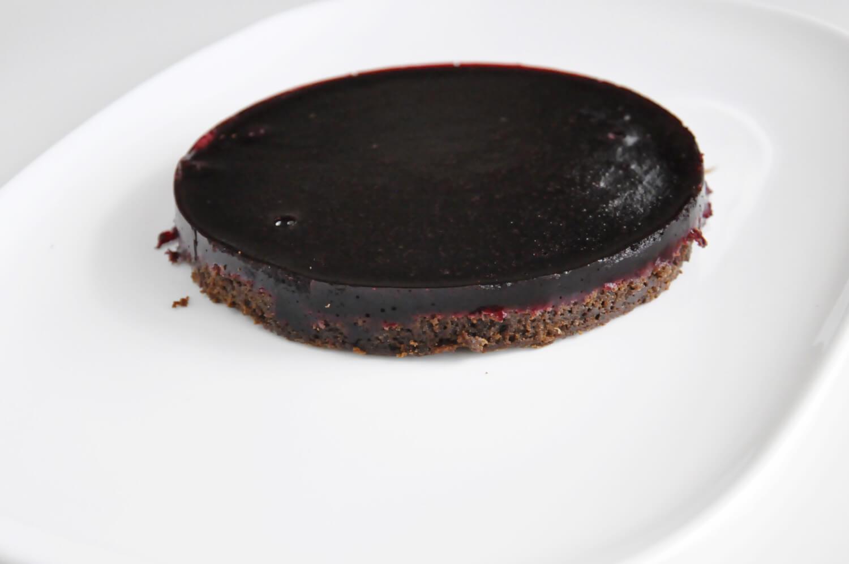 Porzeczkowo-czekoladowy torcik musowy, żelka porzeczkowa i pieczony mus czekoladowy