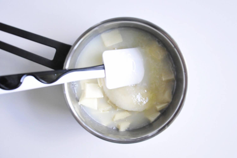 przygotowanie polewy lustrzanej - mirror glaze z dodatkiem glukozy