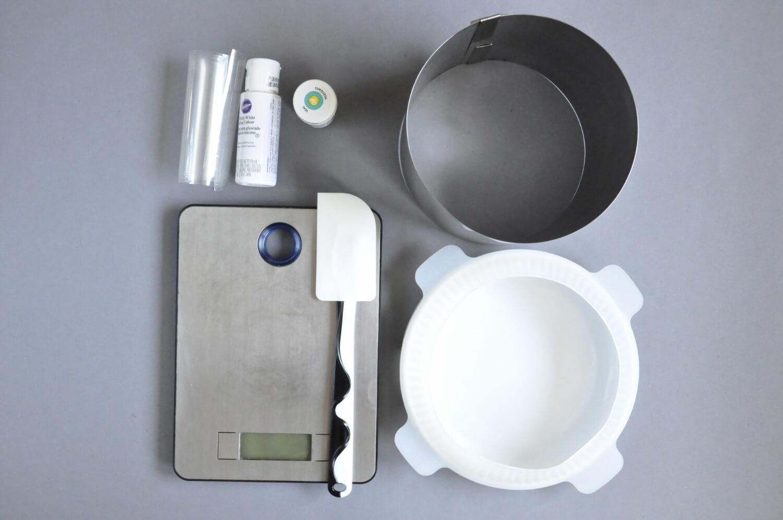porzeczkowo - czekoladowy torcik musowy, potrzebne narzędzia: rant cukierniczy, okrągła forma silikonowa, waga kuchenna, folia rantowa, barwniki spożywcze w żelu, szpatułka silikonowa