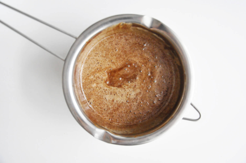 pieczony mus czekoladowy, łaczenie masy jejeczne z roztopioną czekoladą i masłem