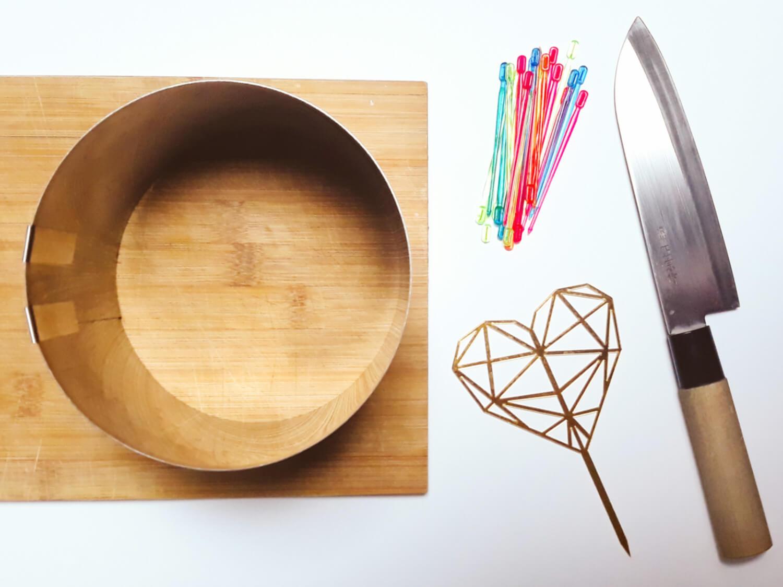 Narzędzia do wykonania tortu z arbuza. Dorosiowy rant regulowany, deska do krojenia, nóż, topper, wykałaczki