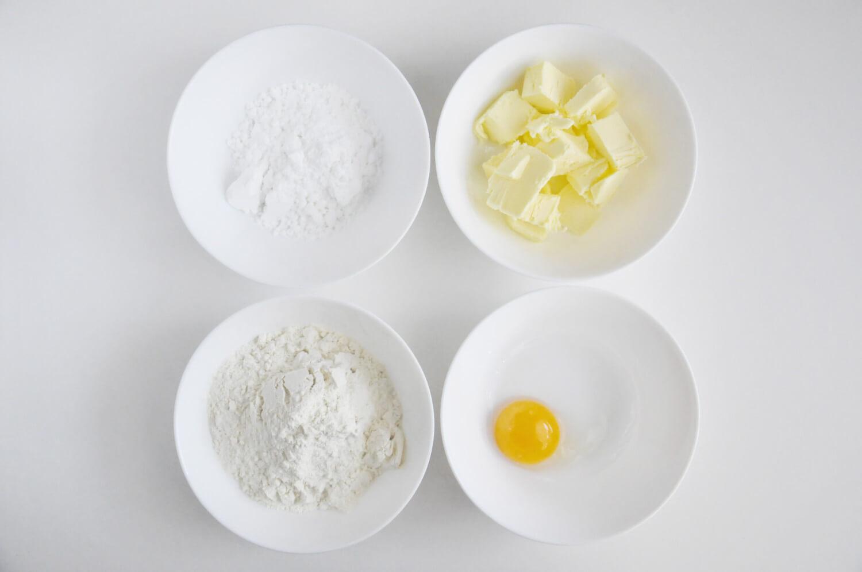 tarta kokosowo - czekoladowa, składniki potrzebne do przygotowania ciasta kruchego: masło, mąka pszenna, cukier puder, żółtko