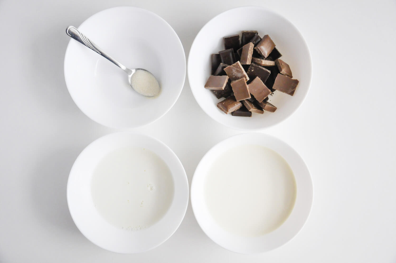 tarta kokosowo - czekoladowa, składniki potrzebne do przygotowania musu czekoladowego: czekolada deserowa i mleczna, mleko, śmietana kremówka, żelatyna