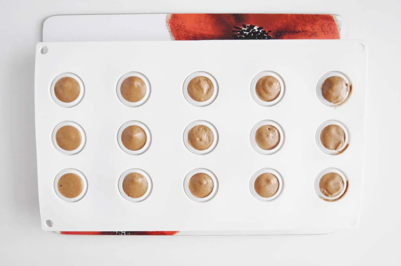 kulki z musu czekoladowego, forma silikonowa z otworami w ksztalcie kul