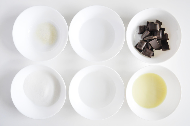 składniki potrzebne do przygotowania czkeoladowej polewy lustrzanej: czekolada deserowa, mleko skondensowane, glukoza w płynie, cukeir, woda, żelatyna