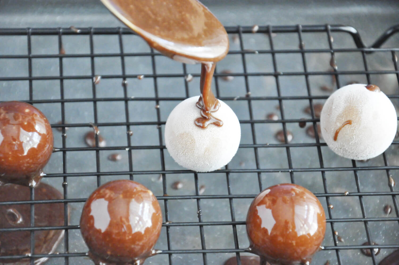 tarta kokosowo - czekoladowa, przygotowanie polewy oblewanie kul musowych polewą lustrzaną