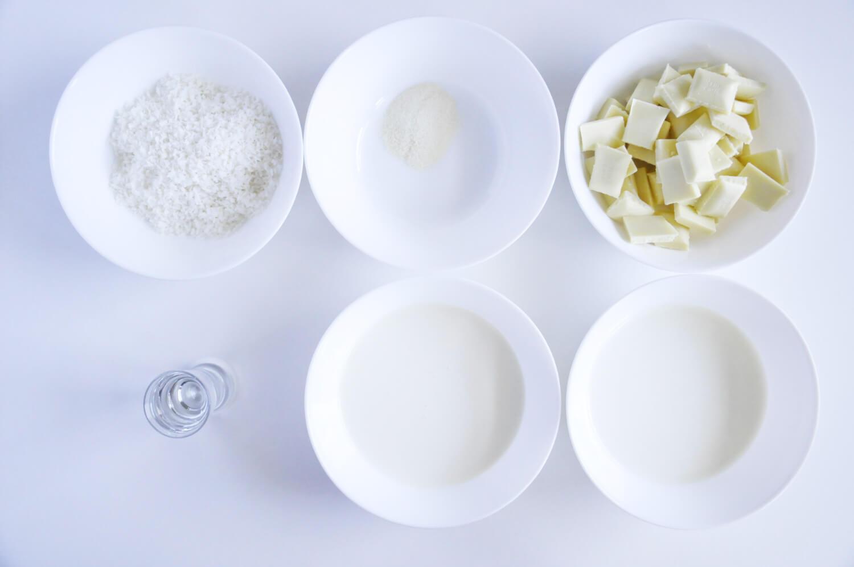tarta kokosowo - czekoladowa, składniki potrzebne do przygotowania musu kokosowego: biała czekolada, żelatyna, mleko, śmietana kremówka, wiórki kokosowe, likier kokosowy