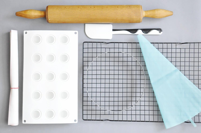 nowoczesna tarta kokosowo - czekoladowa, potrzebne narzędzia: forma silikonowa z otworami w kształcie kulek, wałek do ciasta, mata silikonowa, obręcz perforowana, rękaw cukierniczy, szpatułka silikonowa, kratka do studzenia